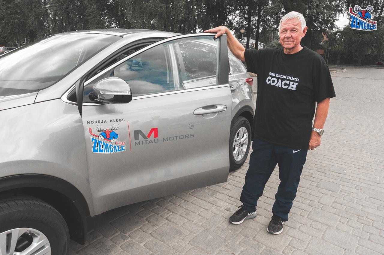 """Mitau Motors - KIA oficiālais auto izplatītājs Jelgavā, atbalstot HK """"Zemgale/LLU"""", jaunā sezonā nodod lietošanā """"KIA Sportage"""" auto kluba galvenajam trenerim Haraldam Vasiļjevam."""