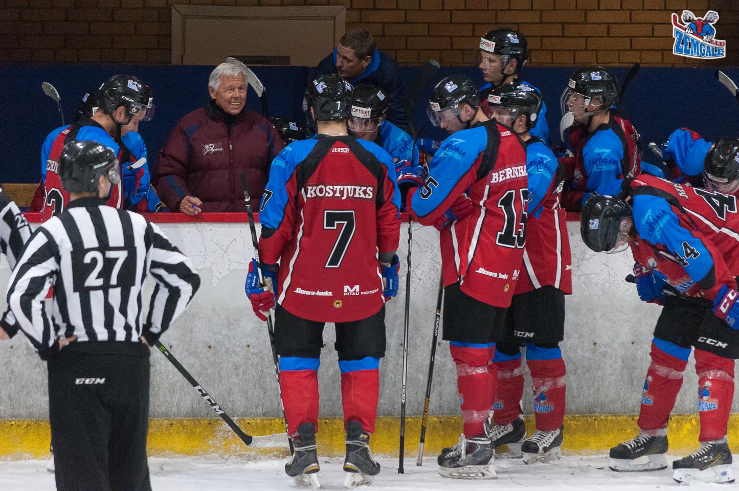 Jelgava – 11. oktobris: Zemgale/LLU galvenais treneris Haralds Vasiļjevs 30 sekunžu pārtraukumā motivē spēlētājus uz vārtu gūšanu Jelgavas ledus hallē 2017. gada 11. oktobrī.