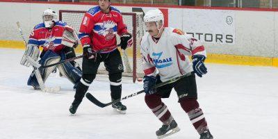"""ZAHL MIX čempionāta spēle starp veterānu komandu """"Zemgale"""" un amatieru komandu """"Bokova"""" Jelgavas ledus hallē 2018. gada 20. janvārī."""