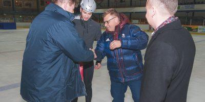 Jelgavas Sporta servisa centra direktors Juris Kaminskis un Jelgavas Ledus sporta skolas direktors Aivars Zeltiņš pavada uz Ziemas Olimpiskām spēlēm 2018 šorttrekistu Robertu Jāni Zvejnieku un viņa trenerus Jelgavas ledus hallē 2018. gada 01. februārī.