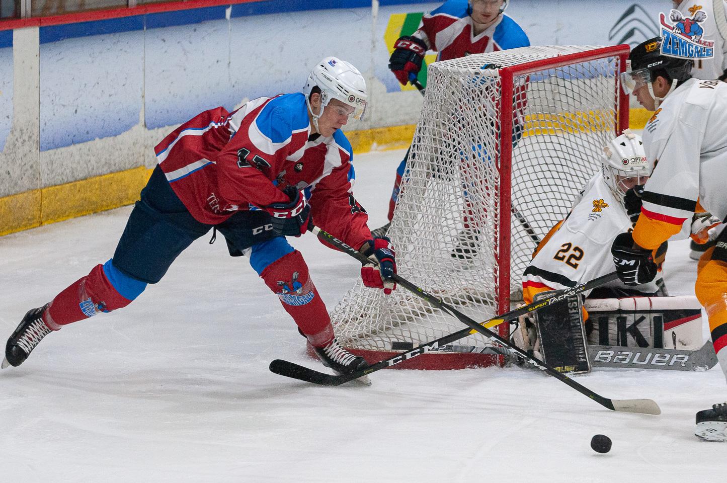 Hokejisti cīnās par ripu vārtu un vārtsarga priekšā