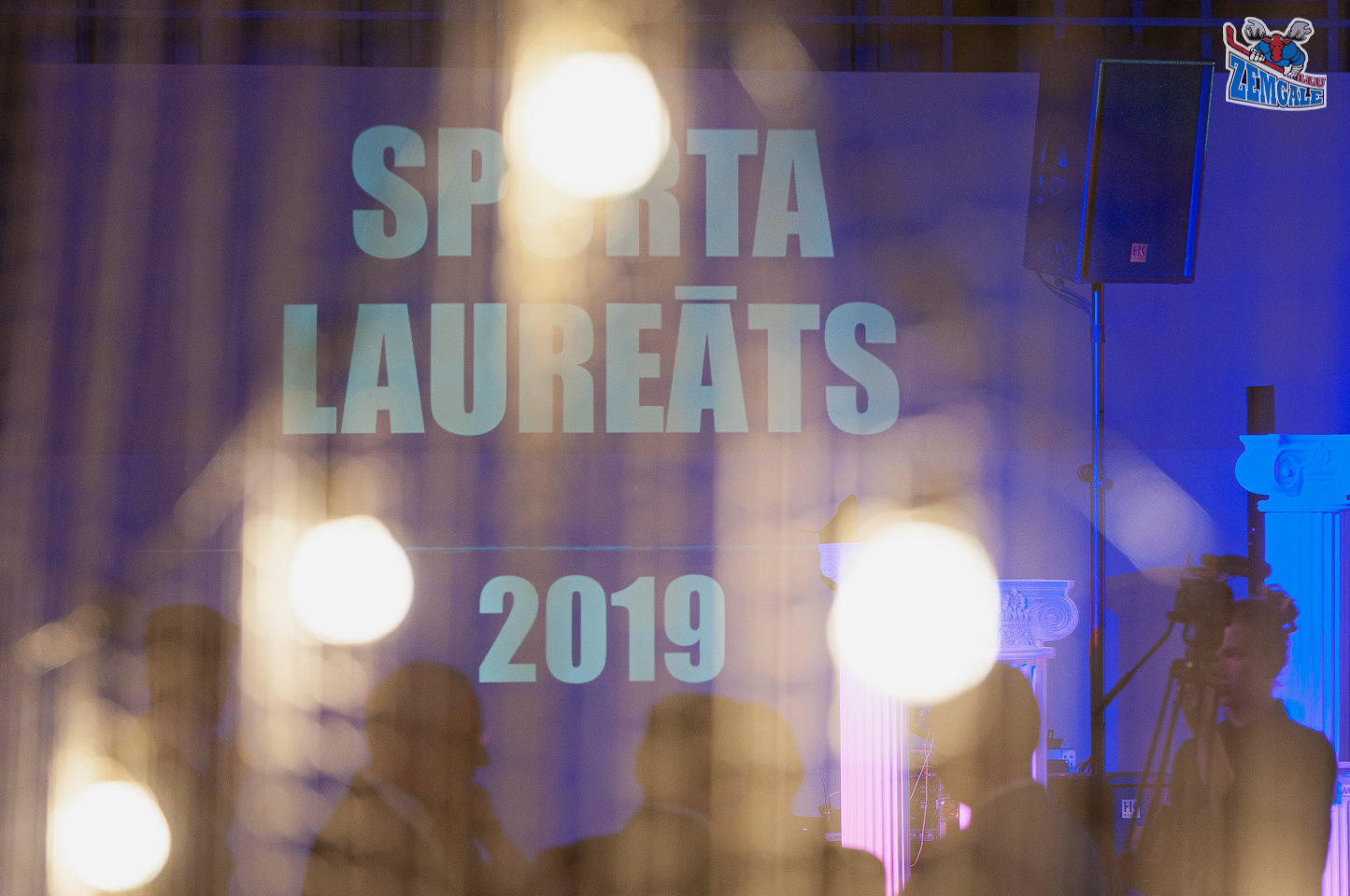 """Projektors projecē uz sienas uzrakstu """"Sporta laureāts 2019"""