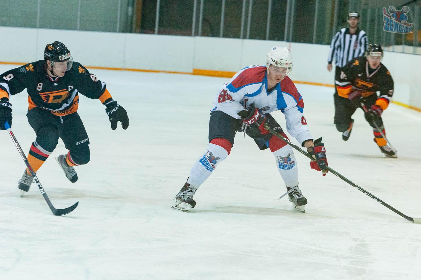 """Hokeja aizsargs dodas uzbrukumā pret """"Dinaburga"""""""
