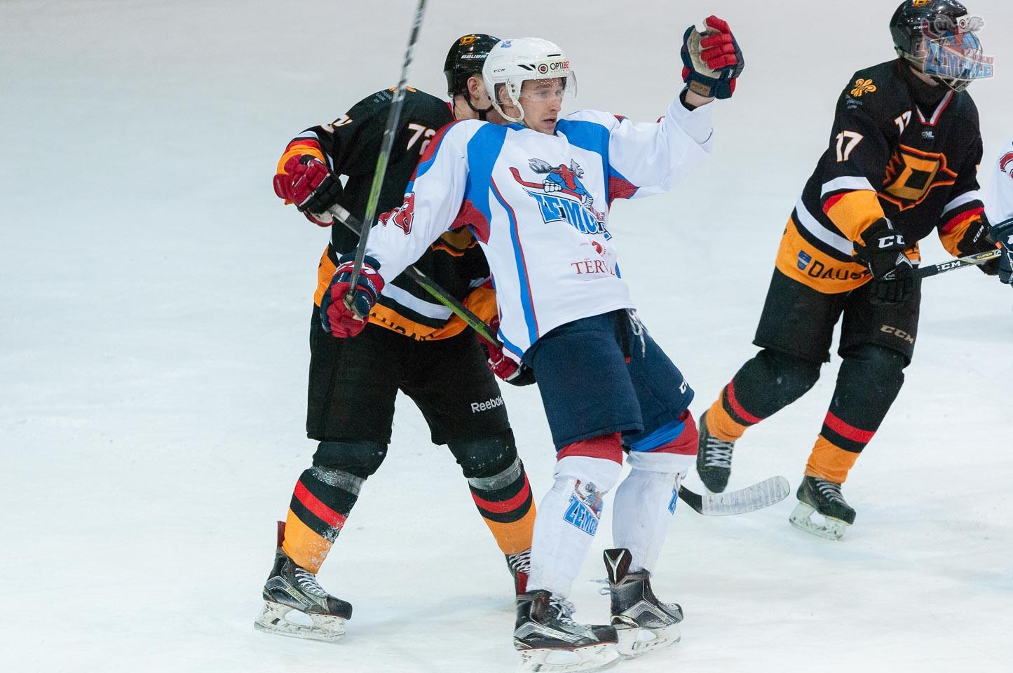 Hokeja aizsargs iegrūž pretiniekam no aizmugures