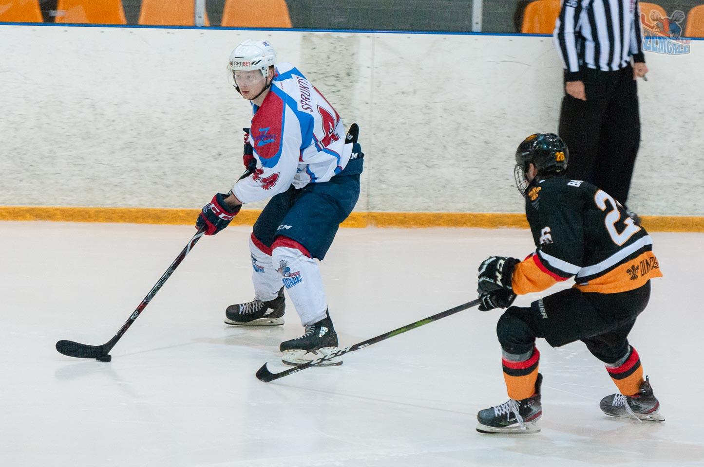 Hokejists Sprukts ar ripu atrāvies no pretinieka