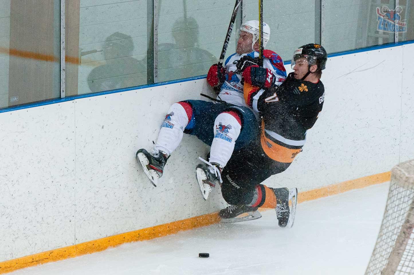 Hokeja aizsargs ietriec pretinieku bortā