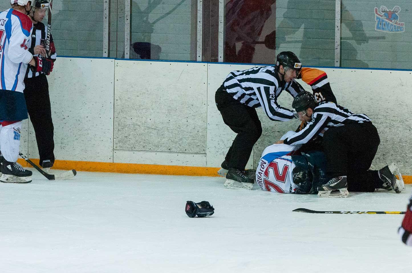 Tiesneši izšķir kaujošos hokejistus