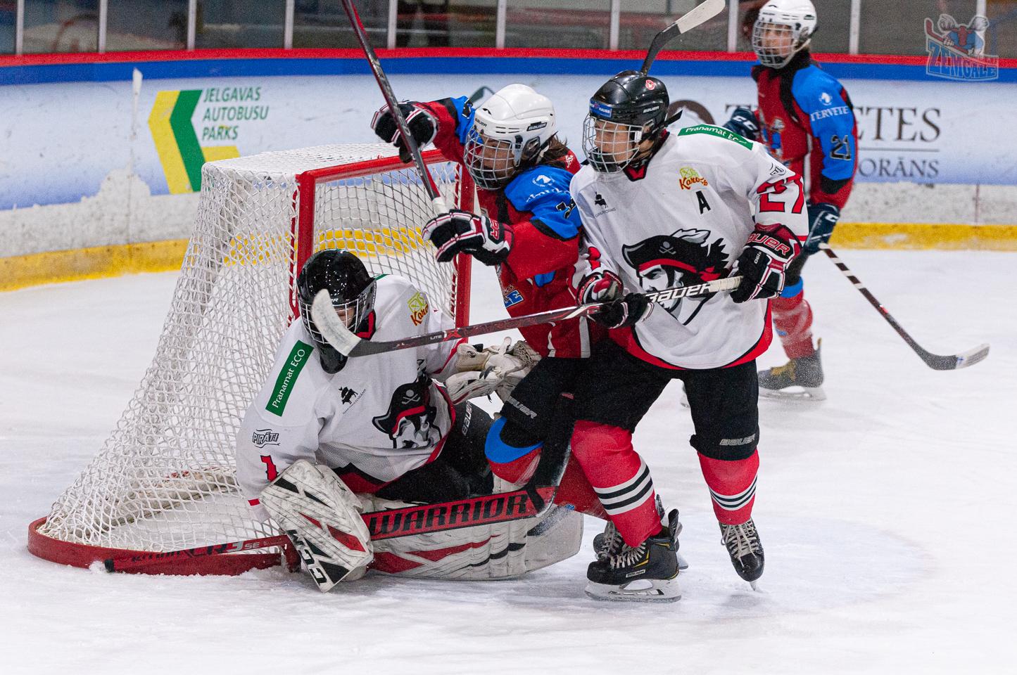 """Latvijas bērnu un jauniešu hokeja čempionāta regulārā turnīra spēle starp HK """"JLSS U17"""" un HK """"Pirāti"""" Jelgavas ledus hallē 2019. gada 2. novembrī. Foto: Ruslans Antropovs, rusantro.com"""