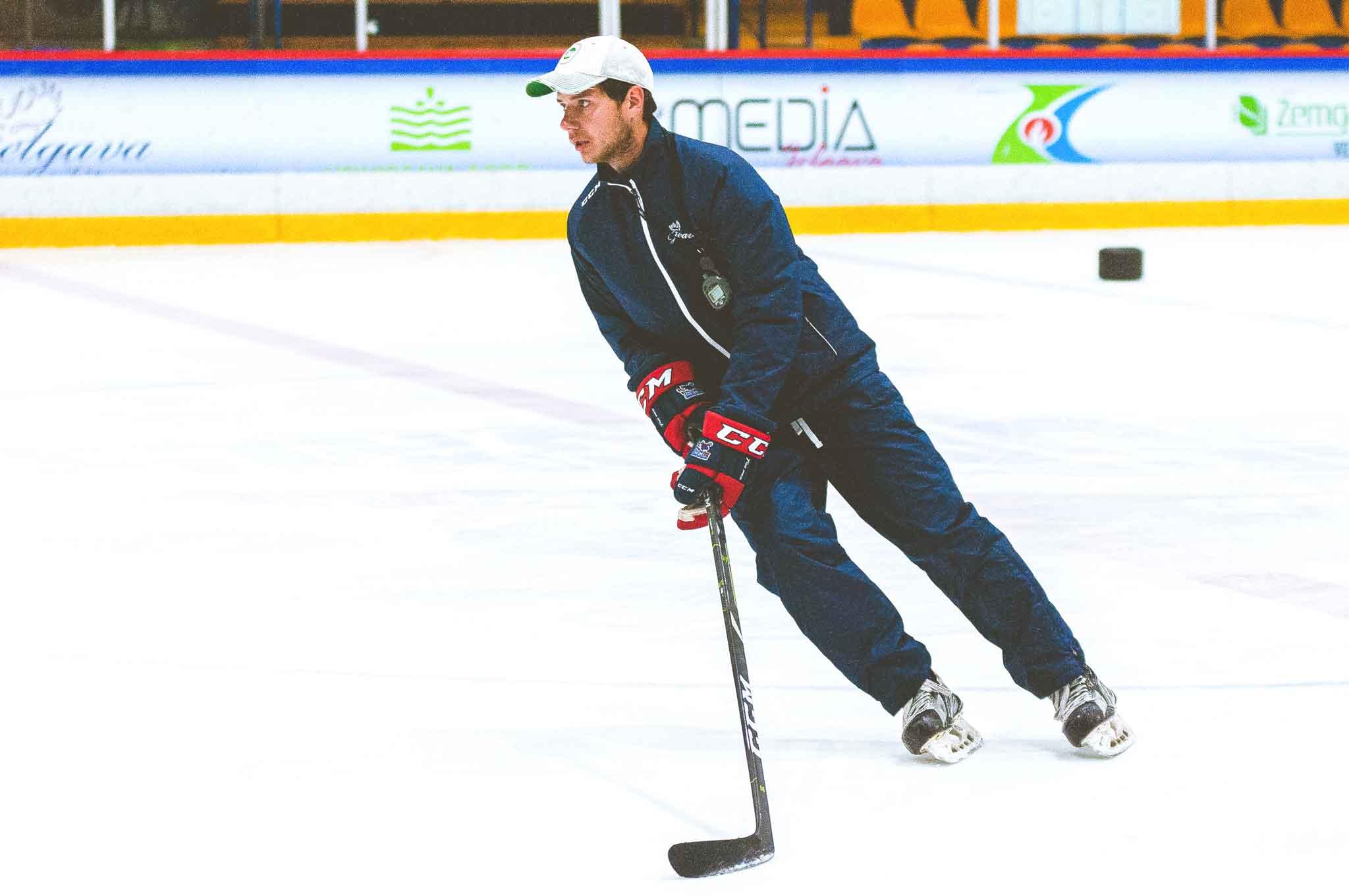 Hokeja treneris uz slidām un ar nūju